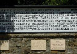 Gedenktafeln vor dem Sacrario