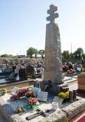Inguiniel: Menhir mit Lothringer Kreuz für die Widerstandskämpfer
