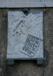 Tafel an der Kirche (Foto: Baldini)