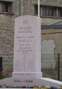 Gedenkstein vor der Gedenkstätte