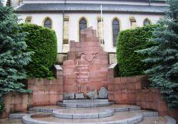Totendenkmal vor der Kirche