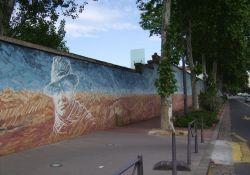 mit Symbolen der Résistance bemalte Rückwand des Gefängnisses