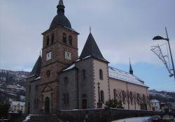 Kirche mit Gedenktafel an die Deportierten