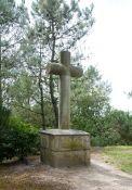 Kreuz der Fallschirmspringer im Kastanienwald