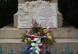 Tafel am Totendenkmal vor Mairie d'Aranc