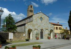 Kirche von Civitella mit Gedenkmauer