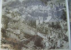 Foto des zerstörten Dorfes neben dem Denkmal; Quelle: Ville de Dortan