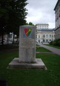 Befreiungsdenkmal neben Justizpalast (Rue J + J Communal)