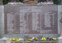Tafel mit Namen der Toten