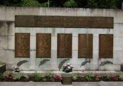Tafeln mit den Namen der 101 umgekommenen Deportierten