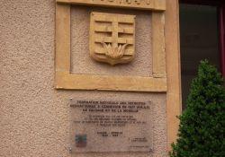 Gedenktafel gegenüber dem Rathaus