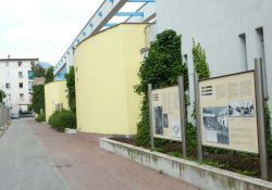 Mauer mit Informationstafeln