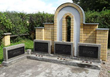 Gedenktafeln mit Inschriften