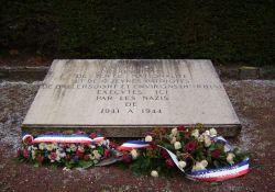 Kiesgrube: Gedenktafel für die Erschossenen aus Ballersdorf