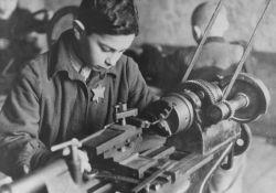 Junge an einer Werkbank (USHMM)
