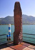 Gedenkstele am See