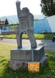 Skulptur für die Gefallenen der Resistenza, dahinter Wandbild