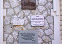 Gedenktafeln an vier Opfer