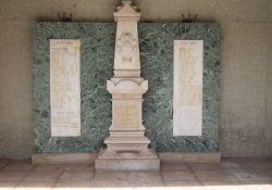 Totendenkmal an Kirche