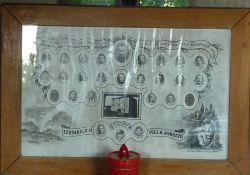Tafel mit Portraits der Opfer