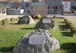 drei Gedenksteine für die Erschossenen