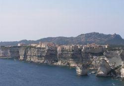 Bonifacio auf Kreidefelsen (© Gabridelca, Wikipedia)