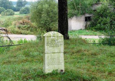 Gelände mit Gedenkstein