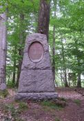 Denkmal im Wald am Fundort