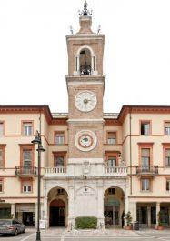 Uhrtum an der Piazza Tre Martiri