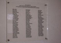 Tafel mit den Namen der 86 Opfer von Prof. Hirts Menschenversuchen