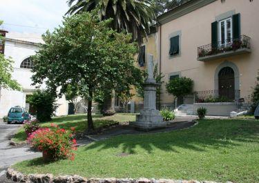 Gedenkstätte an der Piazza S. Luigi (Fotos: Baldini)