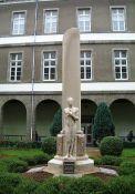 Denkmal für die erschossenen und deportierten Schüler im Innenhof des Collège (© Serge Tilly, CERP)