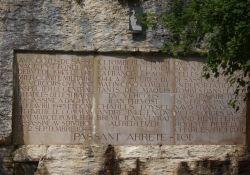 Mémorial, Tafel mit Namen der Opfer
