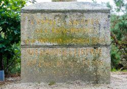 Kreuz der Fallschirmspringer im Kastanienwald (Nahaufnahme)