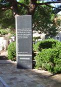 Monolith neben dem Totendenkmal