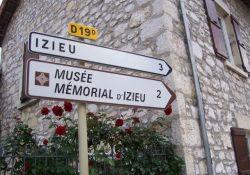 Wegweiser zum Memorial in Brégnier-Cordon; Quelle: maisondesisles.fr