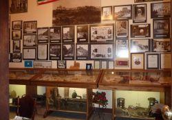 Vitrinen in der Sala della Memoria