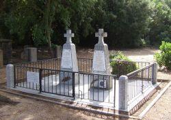 Grabkreuze für die drei Toten