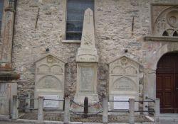 Totendenkmal an Kirchenmauer