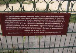 Gedenktafel am Tor – Leiden der Kinder