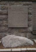 Gedenktafel und Stein von der Île de Sein