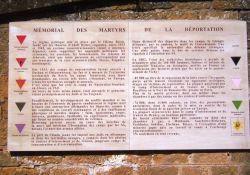 Tafel an Festungsmauer