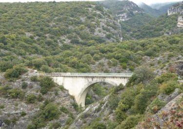 Brücke Font-Jouvale über Canyon