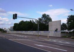 Gedenkstätte, Außenmauer