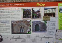 Informationstafel an der Außenmauer