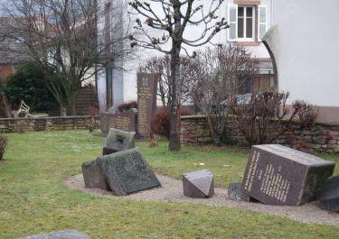 Umgestürztes Totendenkmal