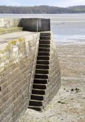 Gedenktafel für die Buhara-Jugendlichen an der Treppe an der Bucht