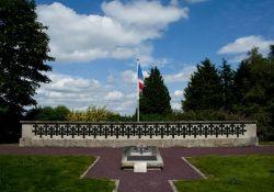 Mémorial für die Erschossenen neben dem Museum