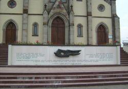 Denkmal an der Kirche