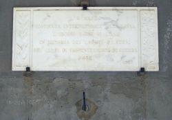 Ehrentafel der Frauenunion an der Piazza del Comune (Baldini)